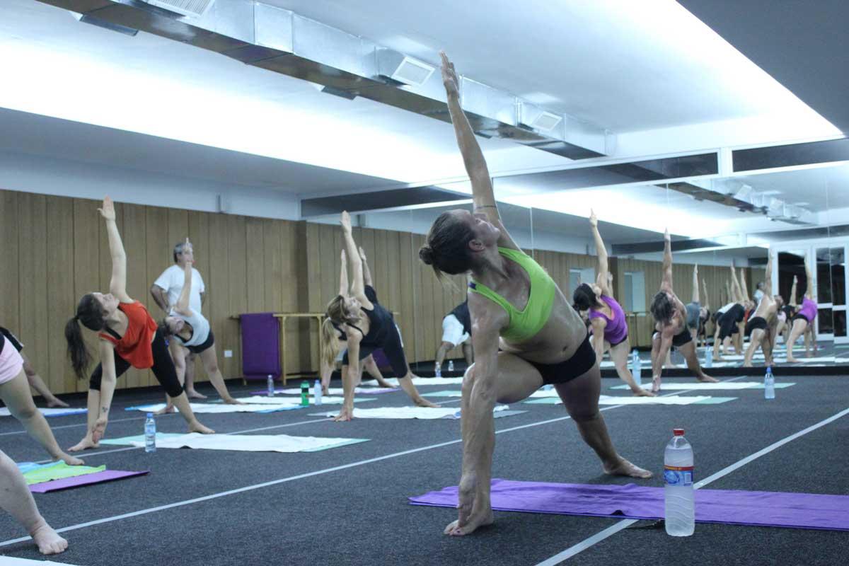 Práctica de Bikram Yoga con calor
