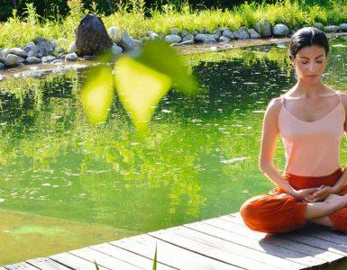 El loto es una de las posturas para calmar el dolor menstrual